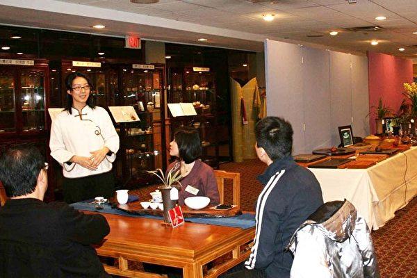 「芳茗軒」的工作人員在「無限茶趣」展上,進行茶道表演。(攝影﹕史靜/大紀元)