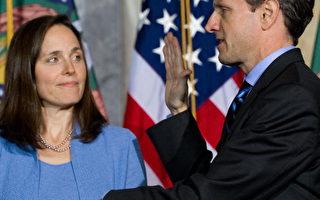 2009年1月26日,美國財政部長蓋特納(Timothy Geithner)在他妻子的陪伴下,在華盛頓DC財政部宣誓就職。(SAUL LOEB/AFP/Getty Images)