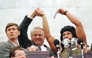 1991年8月22日,戈巴契夫為期三天的政變失敗,約有100萬名俄羅斯聯邦總統葉爾欽(中)支持者在莫斯科慶祝。(ANATOLY SAPRONENKOV / AFP)