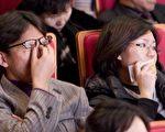 大邱的男子给韩国民众的印象一向是坚毅刚强,但是在观看神韵的过程中他们频频被触动,忍不住落泪。(摄影:李明/大纪元)
