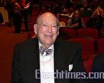 韓先生(Kah Starling)在丹佛從事房地產業60年,他在護士Barzuenza Unger的陪同下前來觀看神韻演出。 (攝影:梁欣/大紀元)