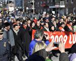 紐約市長彭博率領紐約各界名流,拉著用中、韓、英文寫的「恭賀新禧」的橫幅走在遊行隊伍的前列。(攝影﹕戴兵/大紀元)