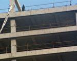 今天下午,河北孕妇访民赵春红被逼得爬上北京西单一高楼挂条幅、撒传单,欲以跳楼抗议中共贪官。(大纪元)