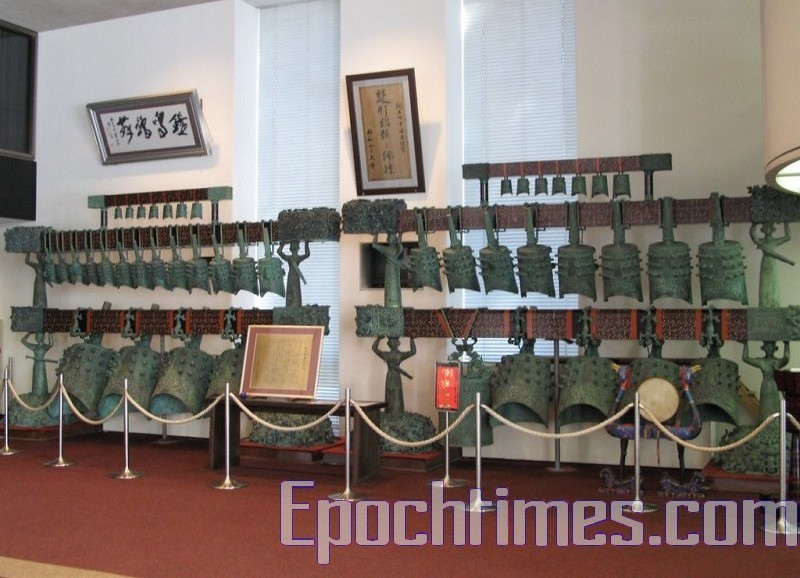 注重传统文化的人见纪念讲堂的入口侧处,摆放着一排大型模仿中国湖北省的古代编钟。(摄影:任子慧/大纪元)