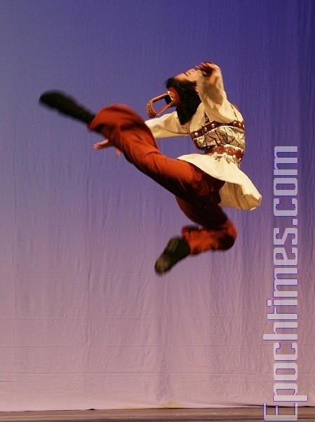 """第二届""""全世界中国舞舞蹈大赛""""获少年男子组金奖的李博健(大纪元)"""