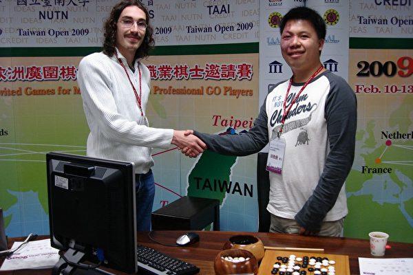 「2009台灣公開賽」10日在台南大學電展開,第一場由歐洲「魔圍棋MOGO程式」挑戰台灣棋王周俊勳(右), 現場MOGO由Arpad Rimmel(左)操控。(攝影:孫幗英/大紀元)