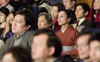東京都議員古賀俊昭觀看了神韻在東京的首場演出後表示:「演出讓人思索,人為什麼活著,是什麼在支撐自己,自己的使命是什麼、自己應該發揮什麼樣的作用,這是一場讓人產生這樣思索的演出!」(攝影﹕李明∕大紀元)