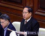 民主黨議員何俊仁提出動議,譴責行政長官曾蔭權押後政制發展公眾諮詢是失信於民。(大紀元)