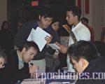 年輕的亞裔人士踴躍填表,希望能以「髓」救人。(攝影:蘇儀/大紀元)