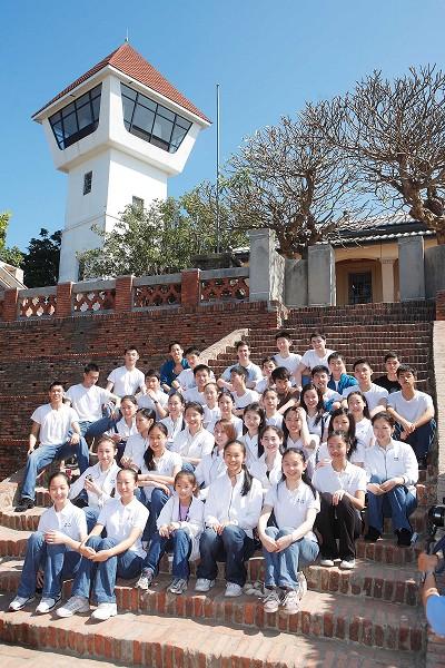 在台南最后一天的演出,神韵演员参观安平古堡。(摄影:连黎/大纪元)