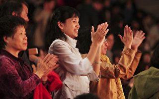 深受神韻演出感動, 終場時觀眾起立鼓掌致意。( 攝影:李丹尼/大紀元 )