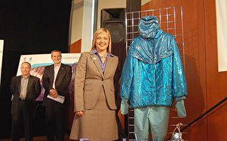 图:来自卡加利的(Wendy Tynan)展示当年自己参加1988年卡加利冬奥会开幕式表演时所穿服装, 左一为制作人奥德金斯  (摄影:邱晨/大纪元)