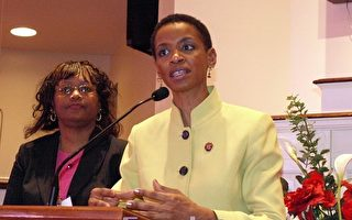 美国人口普查局社区工作人员多罗西‧威尔逊(Dorothy Wilson)与马里兰州国会议员当娜‧爱德华兹(Donna Edwards)(右)共同回答与会者的问题。(摄影:吴冬儿/大纪元)