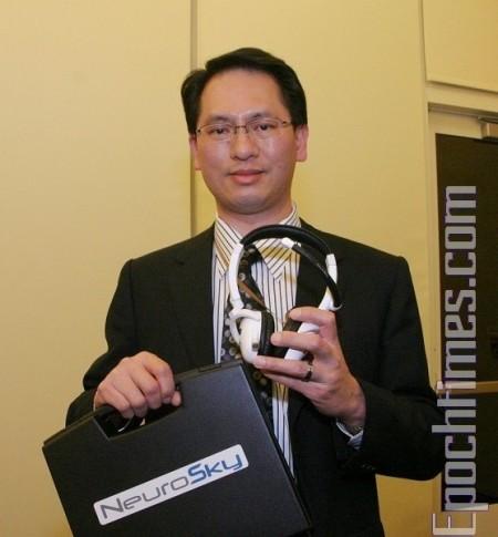 楊士玉左手拿的是NeuroSky新產品:遊戲腦波控制器MindSet: (攝影:張倩/大紀元)