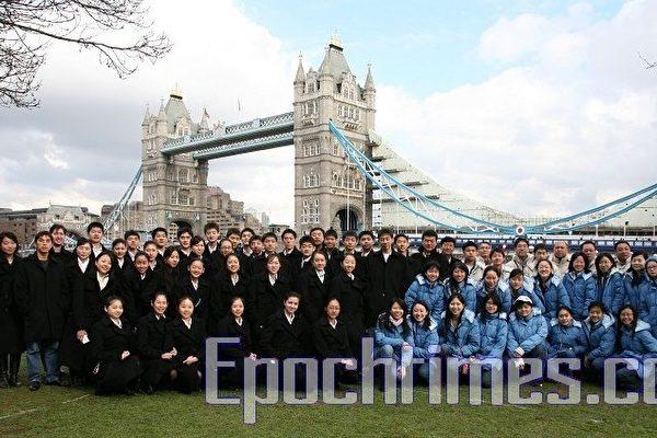 神韵纽约艺术团的部分演员集体游览了伦敦一些著名景点。这是他们在伦敦塔桥前合影留念。(摄影:Roger/大纪元)