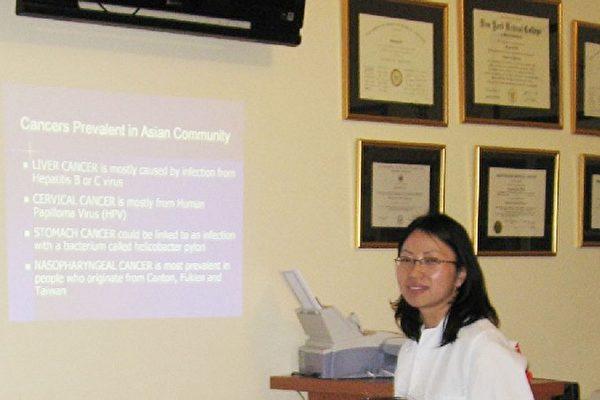 美華防癌協會邀請蕭醒薇醫師於3月8日在布碌崙八大道地區針對三十歲以上的第二代華裔女性介紹女性癌症及早期發現癌症的方法。(圖由主辦單位提供)