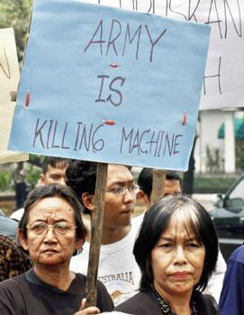 二零零五年九月,雅加達總統府外的抗議者要求政府將踐踏人權的前總統蘇哈托送上法庭,為他在一九六五年後的進行的大規模屠殺負責。(AFP)
