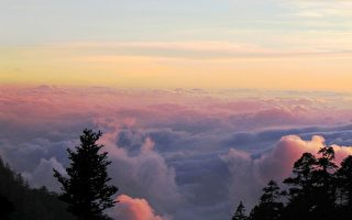 在无边无际的天空,冒险与浪漫的光辉,闪烁幻灭又升起。(图:大纪元)