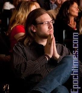 连看二遍的挪威人Micheal在剧场内聚精会神地观看演出。(摄影:Roger/大纪元)