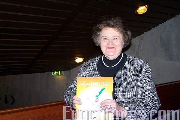 与中国传统文化有不解之缘的奥尔杰女士在神韵演出现场-奥斯陆音乐厅畅谈自己的内心感受。(摄影:唐峰/大纪元)