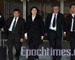 遣返案5名原告在香港高等法院外合照,由右至左:廖曉嵐、簡鴻章、朱婉琪、張震宇、盧麗卿。(大紀元)
