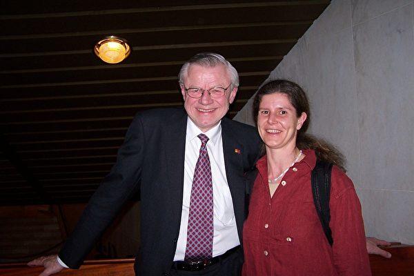 国际商务咨询公司的执行总监特利安先生与好友雅米克女士,在奥斯陆音乐厅畅谈神韵。(摄影:唐峰/大纪元)