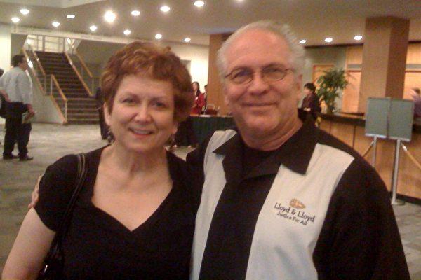 吉姆‧劳埃德律师与夫人南西一同观赏了神韵晚会。劳埃德律师表示,他能感受到,演员的动作中有力度、速度和优雅,他被其深深吸引就像是吸铁石被吸到铁上。(摄影:孙月晖/大纪元)