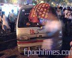 中国城管野蛮执法之事时有所闻。图为2007年6月6日,因郑州城管殴打一摆摊的女大学生激起民愤,上千名大学生包围公安和城管车辆。(大纪元)
