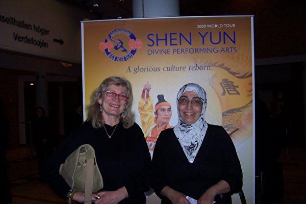 来自林雪平的精神治疗师、针灸师因格雷德女士(左)和她的来自叙利亚的朋友在看过神韵演出后畅谈感受。(摄影:唐峰/大纪元)