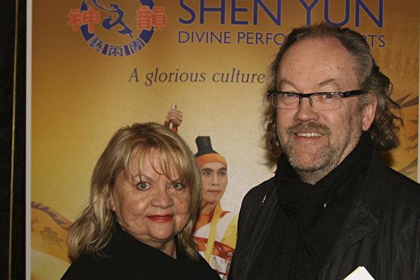 著名美发师罗杰.斯万森先生和妻子在演出现场。(摄影:Pirjo Svensson/大纪元)