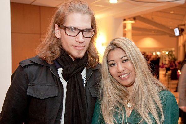 2009年3月21日,击打乐手马克(Mr. Cameron)和未婚妻伊维琳娜在瑞典林雪平音乐会议厅,观赏神韵纽约艺术团的最后一场演出。(摄影:吉森/大纪元)
