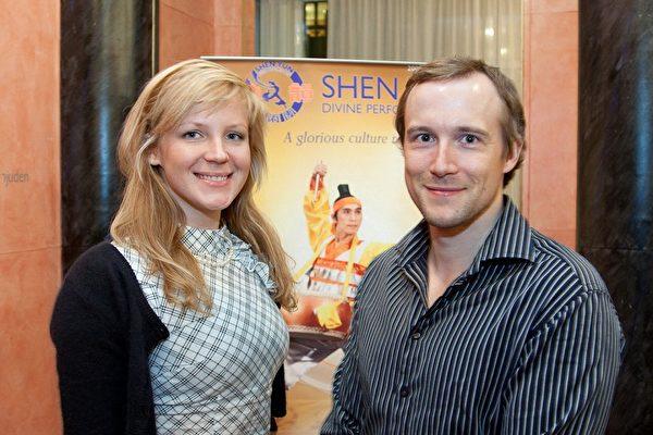 2009年3月21日,派特斯和佩特拉一起观赏了神韵纽约艺术团在瑞典林雪平市的最后一场演出。(摄影:吉森/大纪元)