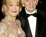 美國已故金牌電視製作人艾倫史貝林(Aaron Spelling)(圖右)和其遺孀坎蒂(Candi)(圖左)。圖為兩人2003年合照。(Carlo Allegri/Getty Images for LAPA)