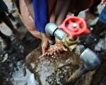 非洲据说是肝炎的重灾区,所以养成了饭前认认真真洗手的习惯。(TONY KARUMBA/AFP/Getty Images)