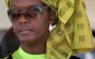 非洲獨裁國家,津巴布韋第一夫人格雷絲(Grace Mugabe)今年1月15日,在香港當街打傷拍攝她的英國記者。(AFP)