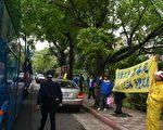 台灣法輪功學員在故宮外圍向遊覽車上數百名兩岸宗教人士呼籲停止迫害法輪功(攝影:金友豪/大紀元)