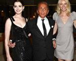 設計師華倫天奴首映禮上兩位美女相伴,右有安妮·海瑟薇 (Anne Hathaway)左有影后格溫妮絲·帕特洛 (Gwyneth Paltrow)。(圖/Getty Images)