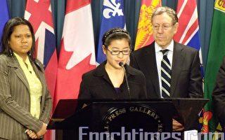 王炳章女兒王天安(中)4月2日在渥太華國會召開新聞發佈會要求中共釋放父親王炳章,加拿大各黨均有國會議員到場支持,包括自由黨的歐文‧考特勒(右)、保守黨的卡斯格里奧‧迪尼諾、魁黨的愛夫瑪麗‧泰提蘭克(左),以及新民主黨的韋恩‧馬斯通。 (攝影:Gerry Smith/大紀元)
