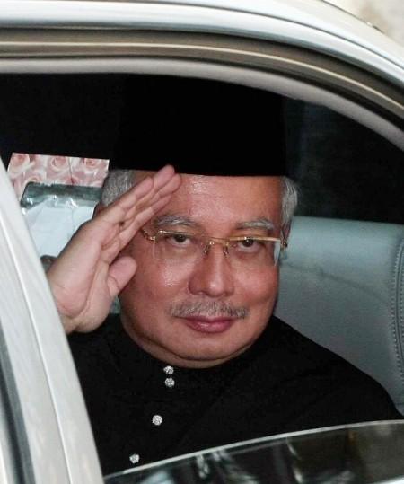 马来西亚新任首相纳吉。图为纳吉于上午抵达国家皇宫宣誓就任。(SAEED KHAN/AFP/Getty Images)