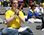 2008年5月13日法轮功学员在曼哈顿联合广场炼功庆祝法轮大法日。(大纪元)