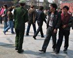 李春霞(中,身穿咖啡色上衣、牛仔裤)在天安门广场与当日民众(照片均由权利网站提供)