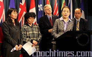 加拿大國際貿易部長訪華前一天,法輪功受迫害問題再度被提出。4月6日法輪大法學會發言人周立敏(左一)、曾受到過迫害的法輪功學員陳桂芝(左二)、姚聯(前發言者)以及大衛‧喬高(左三)、法輪大法學會主席李迅(右一)在當天的新聞發佈會上。(大紀元)