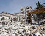 意大利发生强震23小时后,救难人员从一栋坍塌的四层楼公寓中救出一名年轻女子。(CHRISTOPHE SIMON/AFP/Getty Images)