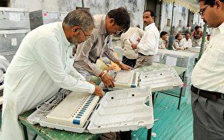4月20日,印度大选期间,官员检查选票。(AFP)