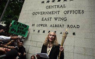 在2008年5月2日,關注中國與蘇丹人權的美國著名影星米亞法羅,入境香港召開記者會演講,然後到香港政府點燃另類火炬。(Andrew Wong/Getty Images)