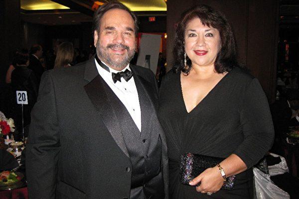 Bellaire MENS Club年度晚宴得獎人Lee Vela與夫人Connie Vela合影。(攝影:孫玉玟/大紀元)