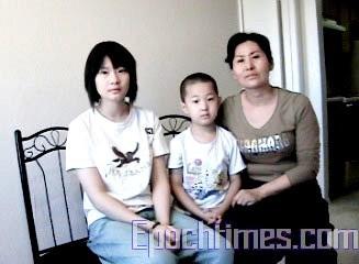 高智晟的妻子耿和与儿女在一起。 (大纪元)