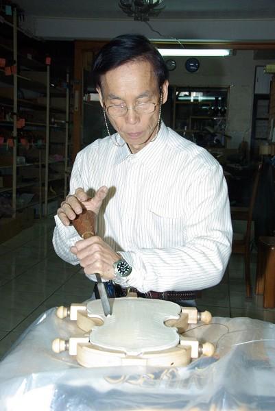 亞洲製琴師蘇丁選今年即將退休,打造最後一把手工琴。(攝影:黃宗茂/大紀元)