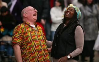 欢笑网站(www.worldlaughterpledge.org)鼓励大家以笑共度不景气。英国Robin Graham和Abena Agyeman在今年元月24日在曼撤斯特市中心推广欢笑运动,鼓励全世界的人在自己的时区每周六上午九点一起大笑。以欢笑带来快乐与和平。(Gettty Images)