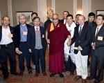 2009年5月5日,达赖喇嘛藉曼哈顿华道夫酒店(Waldorf Astoria)与120位旅居北美地区的中国民运人士、异议作家和独立学者会面。(摄影﹕艾德华/大纪元)